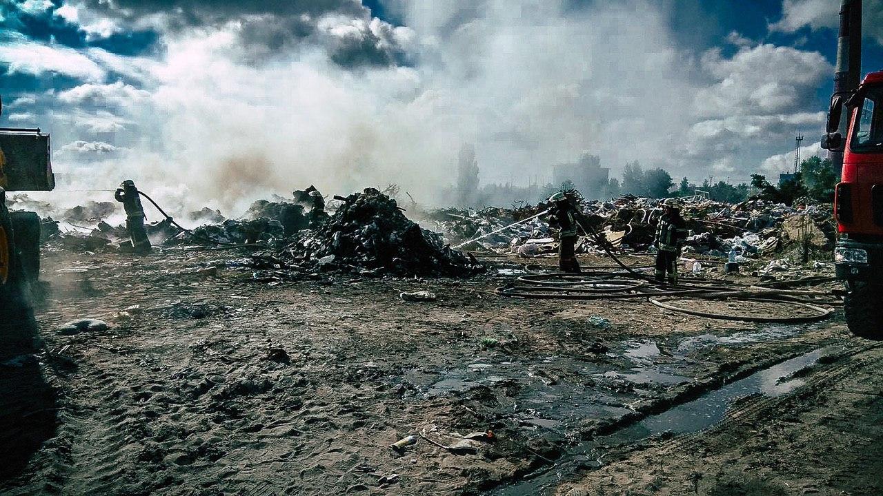 Спасатели тушат пожар на свалке в Киеве. фото ГСЧС