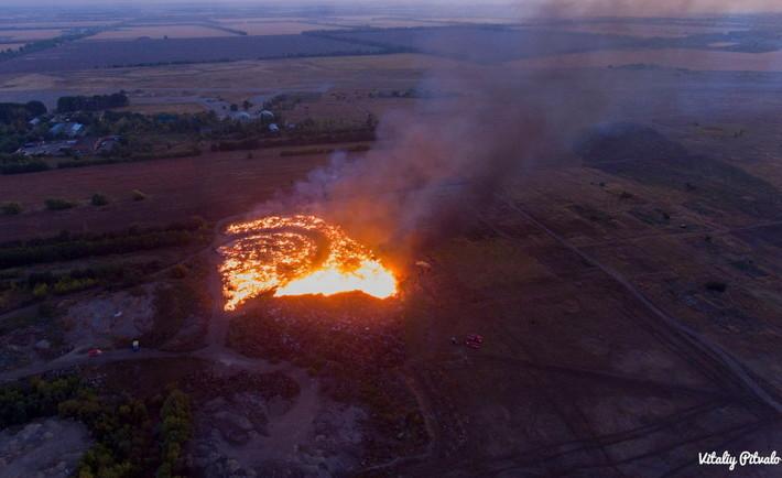 У Черкасах страшенна пожежа: палає гектар сміттєзвалища (відео)