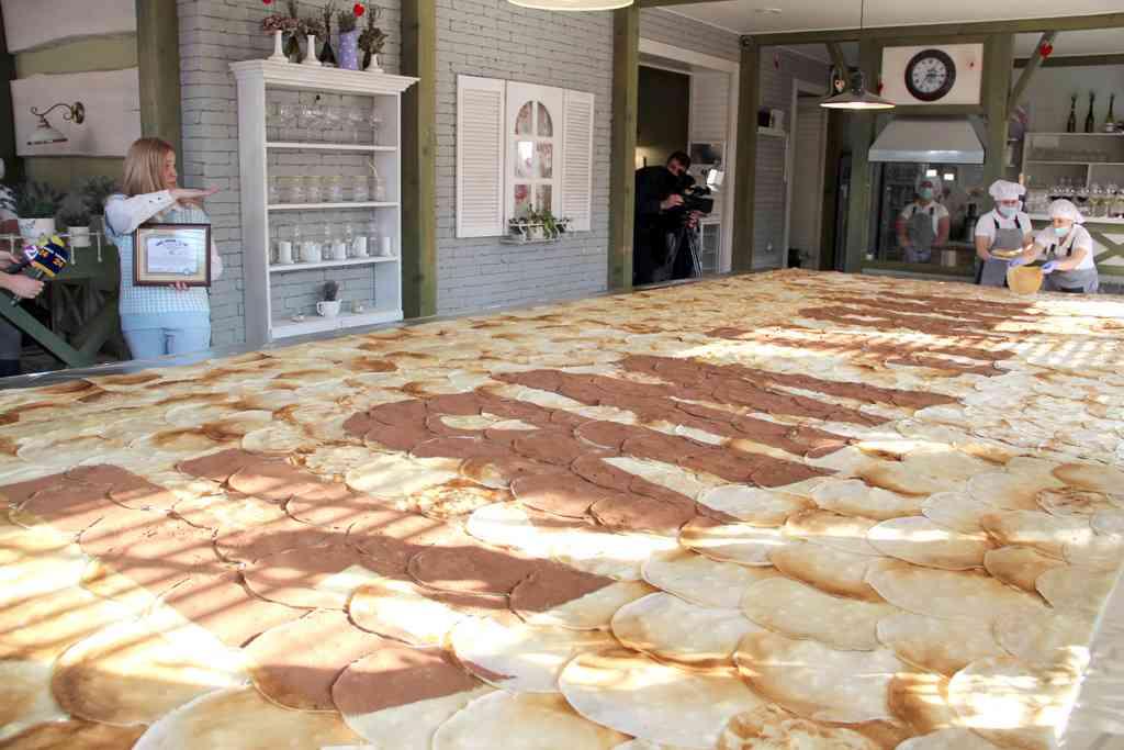 В Ужгороді встановили рекорд України, приготувавши найбільший млинець (фото)