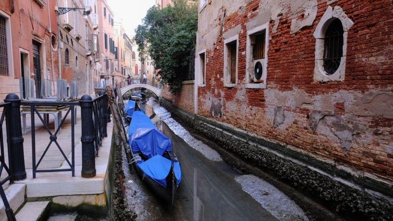 У Венеції пересохли канали, гондоли викинуло на мілину. Фото