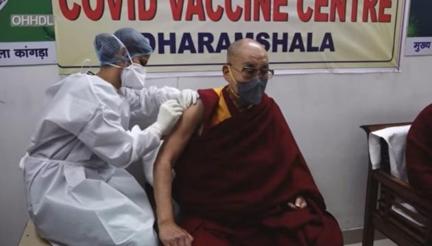 Далай-лама зробив щеплення індійською вакциною (відео)