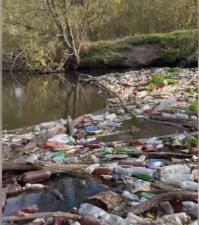 На Харківщині назріває екологічна катастрофа: річку завалило пластиком (відео)