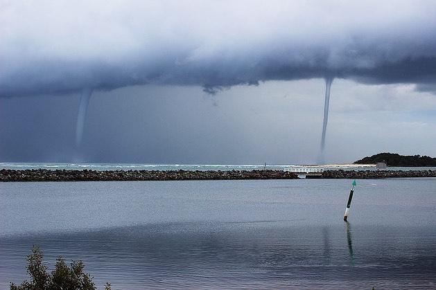 В Австралії одночасно виникли п'ять водяних смерчів (фото та відео)
