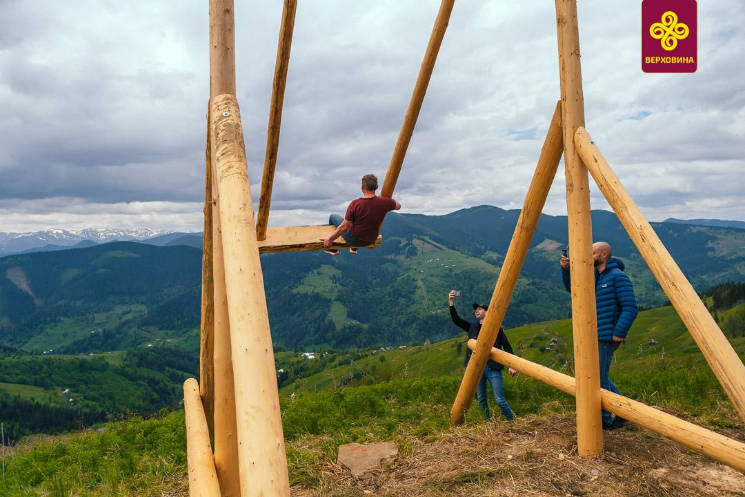 У Карпатах встановили «Велику гуцульську гойдалку» на висоті 1,5 км над рівнем моря (фото)