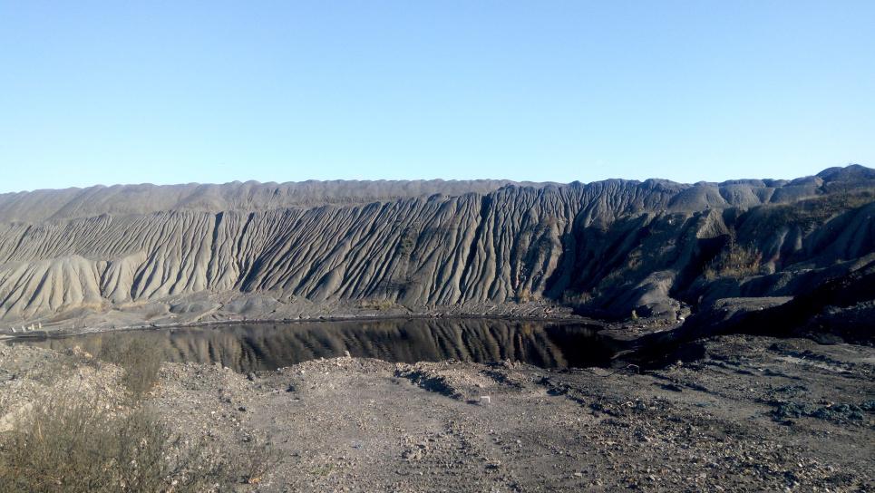 Озеро дихає сірководнем, аміаком, парами піридину (основа для виробництва отрутохімікатів) та нафталіну.