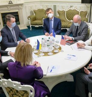 """Зустріч Шмигаля з представниками ЄС і США, на якій він заявив про """"готовність до перемовин"""" щодо звільнення українців, які хочуть залишити країну"""