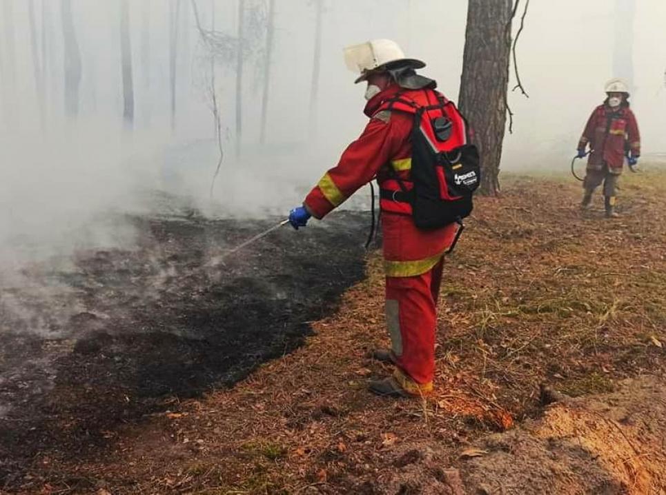 Рятувальники гасять пожежу з використанням ранців, закуплених і доставлених волонтерами. Фотоз ФБ Ярослава Ємельяненка