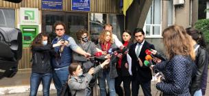 Депутат Лерос спілкується з журналістами. Фото з його Facebook-сторінки