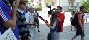 """Журналісти висвітлюють акцію """"Президентські резиденції - в національні парки"""", яка проходила під ОПУ у липні 2019. Фото з архіву Олега Листопада"""