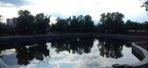 """одне з київських озер після """"покращення"""". Природного берега не залишилося зовсім. Фото КЕКЦ"""