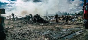Рятувальники гасять пожежу на сміттєзвалищі у Києві. Фото ДСНС