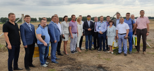 Участники «картофельного блокчейна — 2020». В маске — заместитель министра Тарас Высоцкий