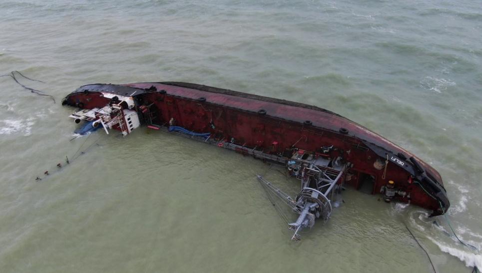 """Танкер """"Делфі"""" заливав нафтою пляжі Одеси вісім місяців. Фото зі сторінки ДЕІ"""