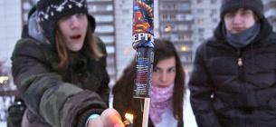Запуск новорічної піротехніки у міському дворі