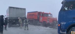 Рятувальники витягають машини з заметів