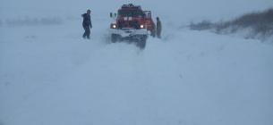Рятувальники витягають авто зі снігу на спецтранспорті