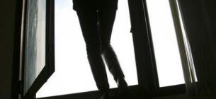 Жінка вистрибнула з 14-го поверху будівлі