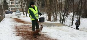 У Львові небезпечні слизькі доріжки почали притрушувати кавою