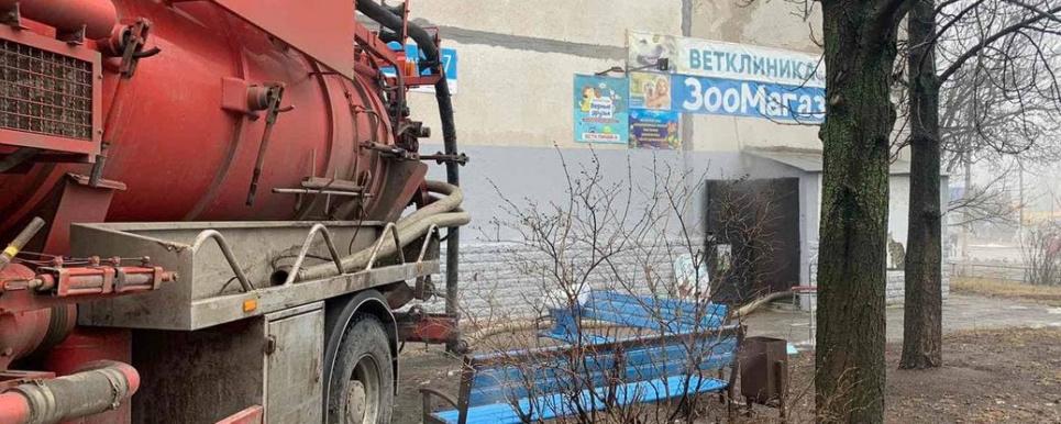 Фото Александра Севрюкова. В Харькове из-за прорыва трубы с кипятком погибли животные в зоомагазине