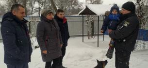 Родина, яку врятував поліцейський.Фото: pl.npu.gov.ua