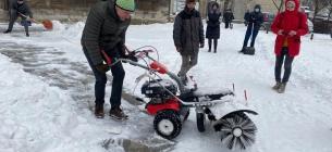 Прибирати сніг вийшов мер та працівники міської ради