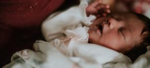 Новорожденного ребенка мать положила в морозилку
