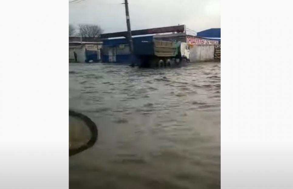 Уличная канализация не справляется с таким количеством воды