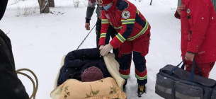 Через снігові замети до швидкої жінку везли на санях