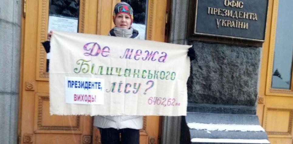 Екоактивістка Олександра Куцан на одиночному пікеті захищає унікальний ліс на Київщині