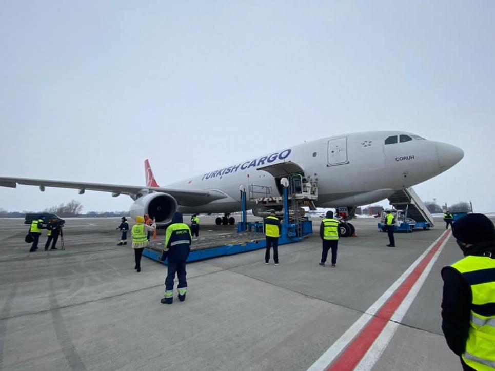 Літак із вакциною проти ковіду розвантажують на Бориспільському летовищі