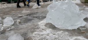 На жінку впала льодяна брила