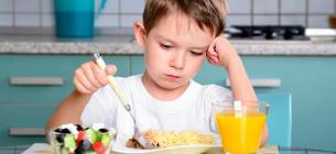 Учні, які рідко снідають в шкільні дні, отримують нижчі оцінки, ніж ті, хто робить це регулярно.