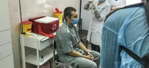 Первым от ковида вакцинировался реаниматолог из Черкасс