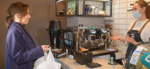 Фото «Суспільне» — каву дають безкоштовно за пластикові пляшки