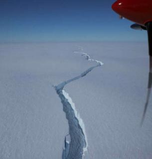 А йсберг может уйти от континента или сесть на мель и остаться рядом с ледником