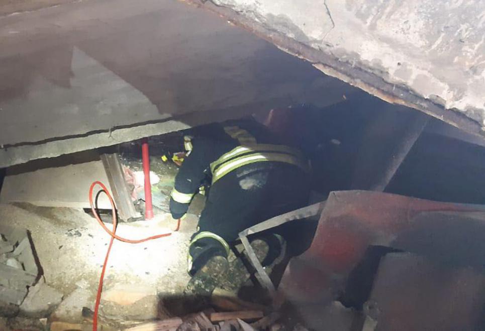 Чоловіка приблизно дві години витягали з-під бетонної плити