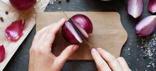сім вагомих причин, щоб почати їсти фіолетову цибулю і поліпшити своє здоров'я.
