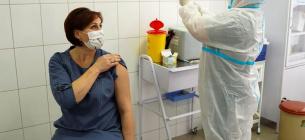 Через побічну дію індійської вакцини людина потрапила до лікарні