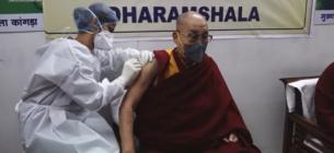 Далай-лама сделал прививку индийской вакциной