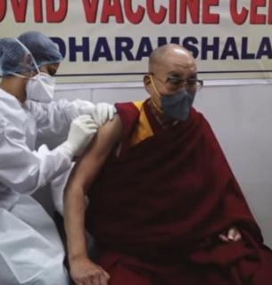 Далай-лама зробив щеплення індійською вакциною
