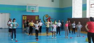 Учительница физкультуры закрыла спортзал изнутри, начала бить ученика головой о стену. Фото иллюстративное