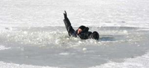 Чоловік до приїзду рятувальників тримався за кригу в 70 м від берега