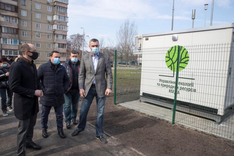 Городская власть проверила пост мониторинга воздуха в Дарницком районе