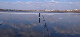Рибалка врятував хлопчика, якого на крижині унесло течією річки
