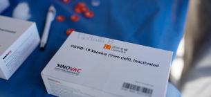 В Україну до кінця дня доставлять перші 215 тис. доз китайської вакцини
