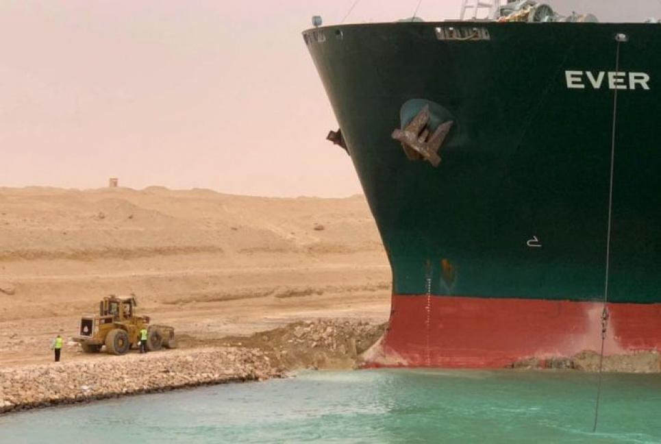 Суецький канал залишається перекритим