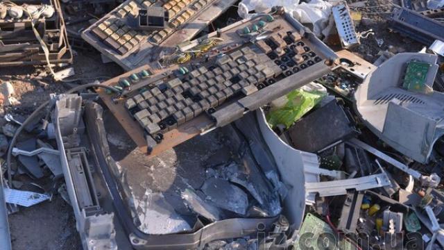 Ціле звалище старої оргтехніки знайшли на Київщині, поліція шукає винних