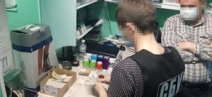 У Запоріжжі СБУ затримала медиків, які вимагали гроші з інвалідів за операції