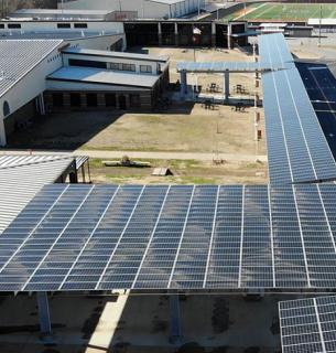 В США школа повысила учителям зарплату, заработав на солнечной станции