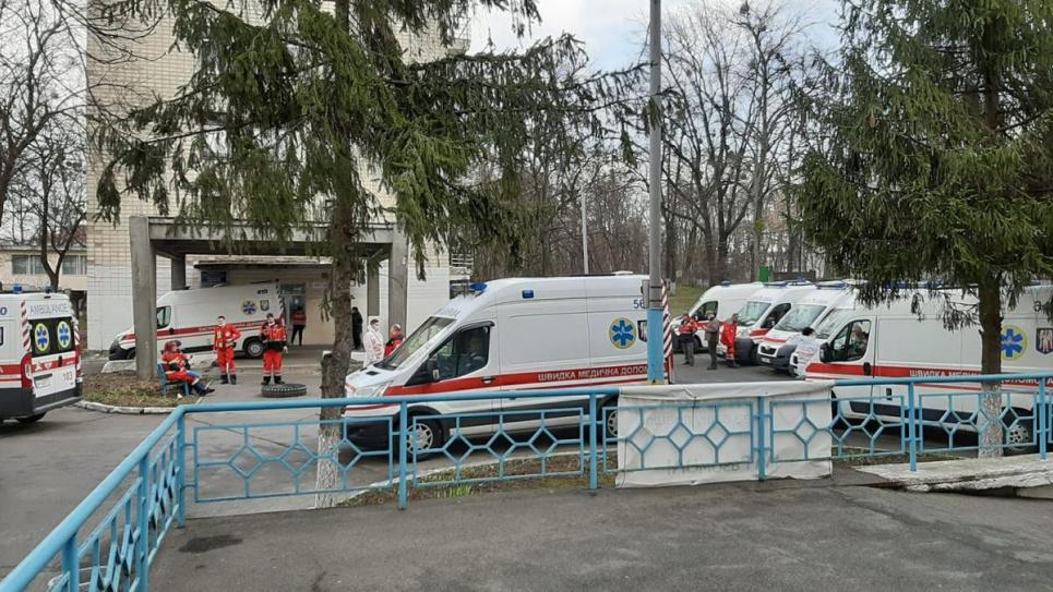 Врач киевской инфекционки пожаловалась на качество работы терапевтов, из-за которого образуются очереди из скорых под больницами